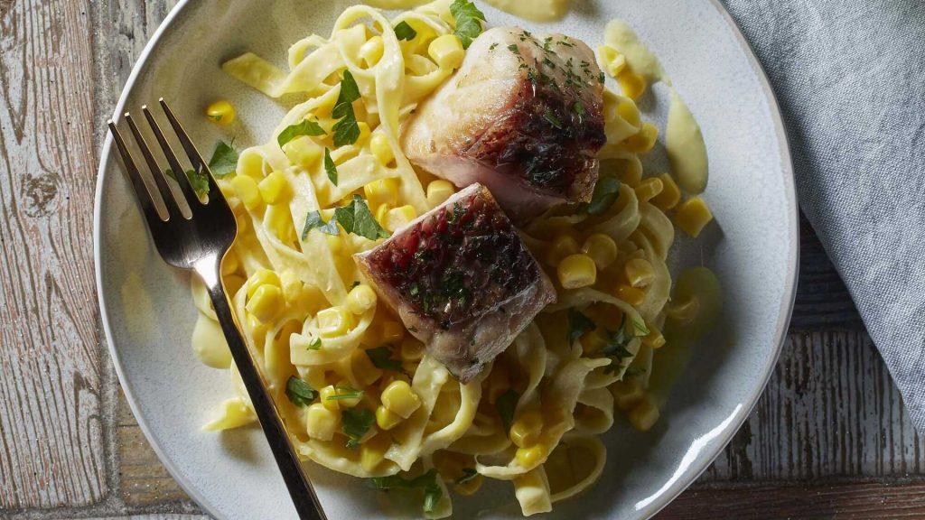 Pasta con Salsa de Elote Dorados y Lomitos de Pescado